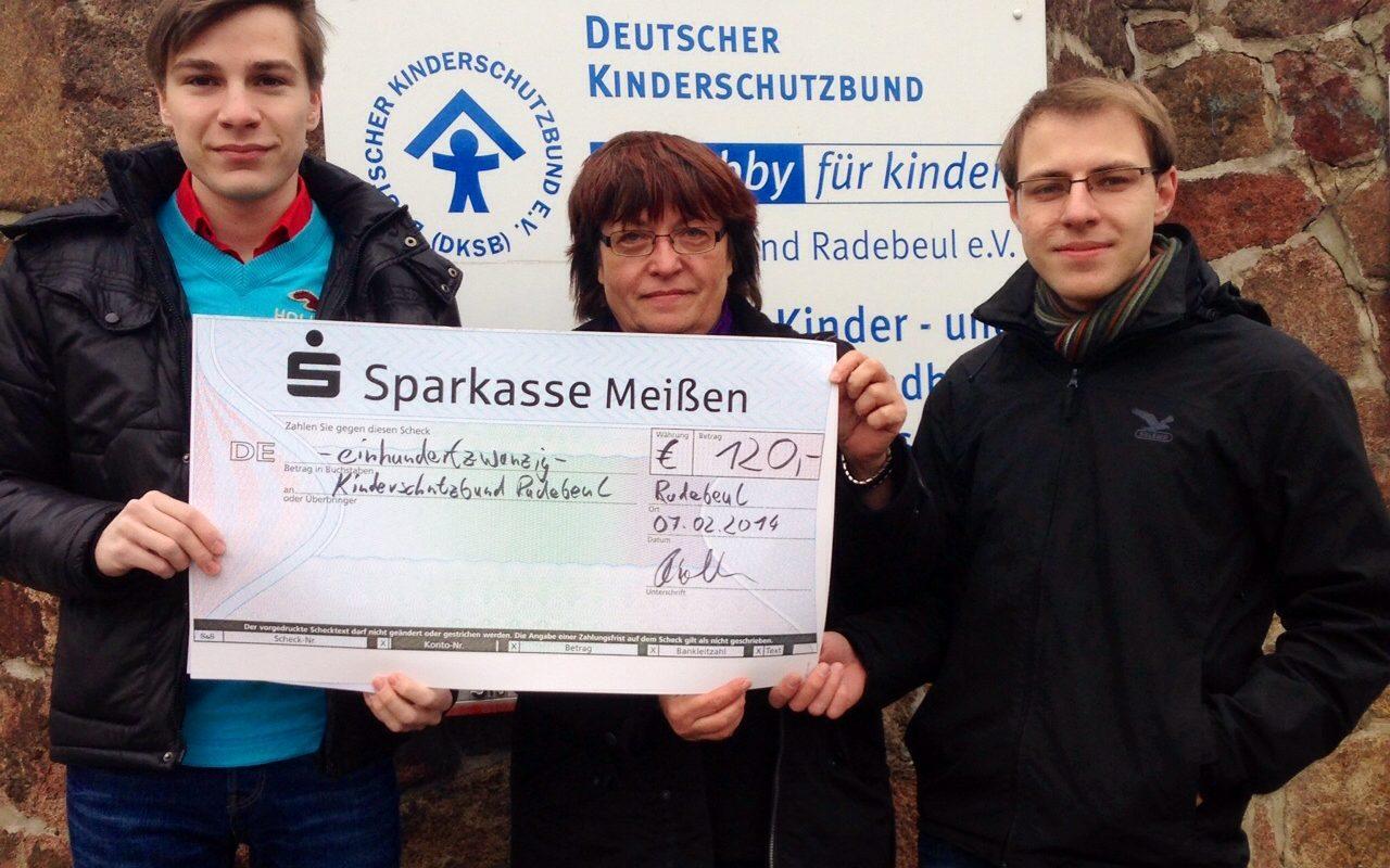 Junge Union übergibt Spenden an Radebeuler Kinderschutzbund